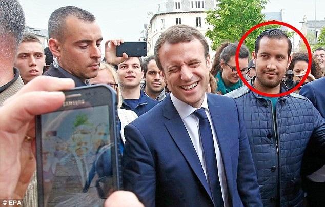 Tổng thống Macron và cựu vệ sĩ Alexandre Benalla (khoanh đỏ). (Ảnh: EPA)