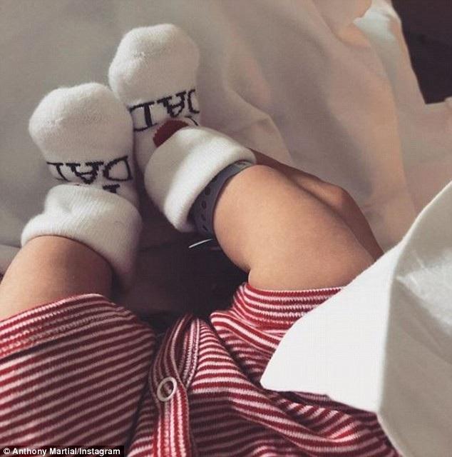 Martial khoe ảnh con trai trên Instagram, cậu bé được gọi là Swan