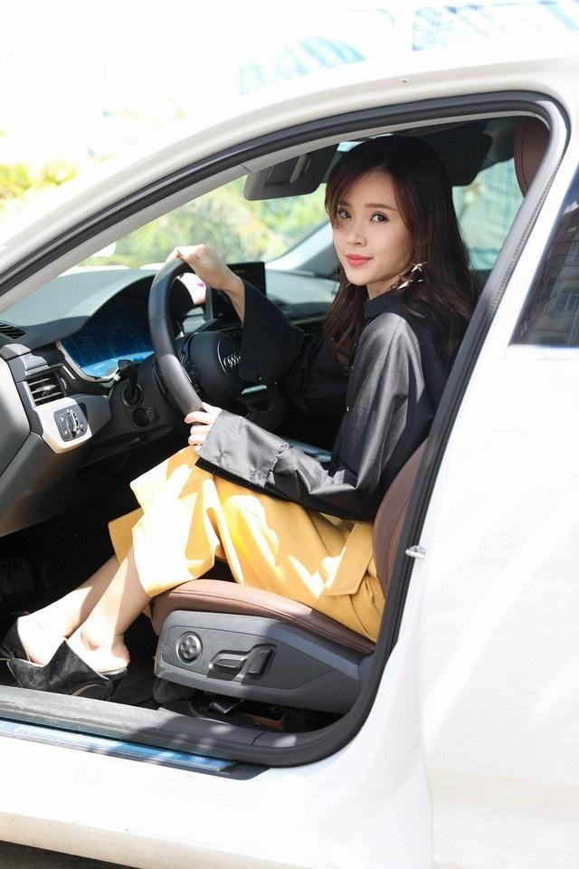 Thu nhập từ nhiều công việc giúp cho cô có một cuộc sống sung túc, có nhà riêng, xe đẹp. (Ảnh: Hồ Quốc Hoàng).