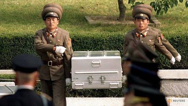 Các binh sĩ Triều Tiên khiêng quan tài chứa hài cốt được cho là của binh sĩ Mỹ trong lễ bàn giao hài cốt năm 1998 (Ảnh: Reuters)
