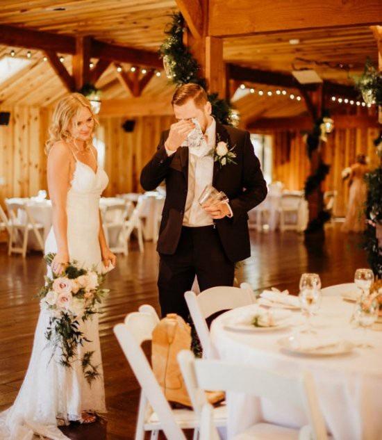 Chú rể Val Zherelyev (26 tuổi) và cô dâu Heidi (25 tuổi) đang sống ở tiểu bang Arizona, Mỹ.