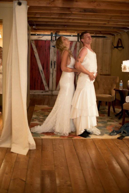 Thấy chú rể Val lo lắng trong đám cưới, cô dâu Heidi đã nhờ anh trai, Eric Dodds, mặc váy cưới thay thế cô bước vào lễ đường.