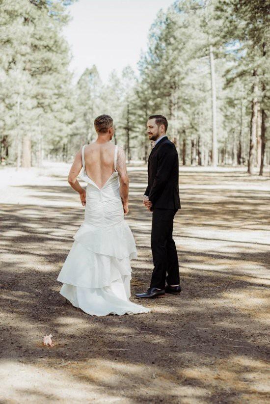 Người tiến vào lễ đường không phải là cô dâu Heidi mà lại là anh trai cô dâu.