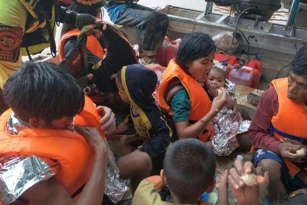 Đội tình nguyện Thái Lan đã giải cứu 14 người trong đó có nhiều trẻ em. (Ảnh: MSN)