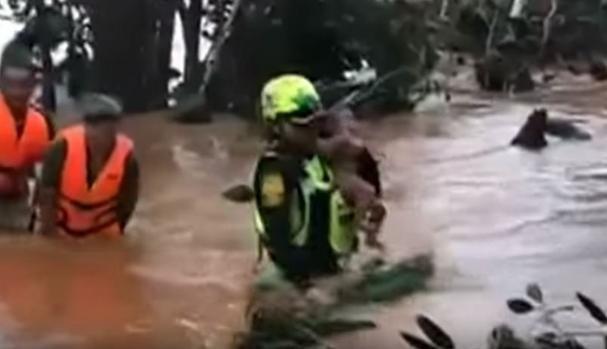 Bé trai 4 tháng tuổi được đội cứu hộ tình nguyện của Thái Lan giải cứu. (Ảnh: Yotube)