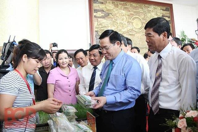Phó Thủ tướng Chính phủ Vương Đình Huệ và các đại biểu tham quan các mặt hàng nông sản chủ lực, đặc trưng của tỉnh Bắc Giang.