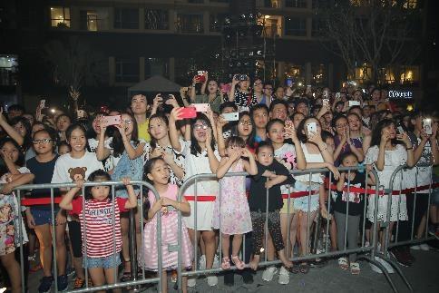 Người dân Sài Gòn háo hức chờ đón giây phút thắp sáng tòa tháp cao nhất Việt Nam. - 2