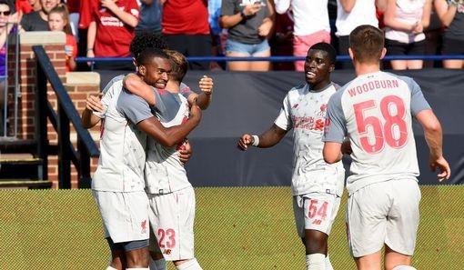 Các cầu thủ Liverpool ăn mừng bàn thắng của Sturridge