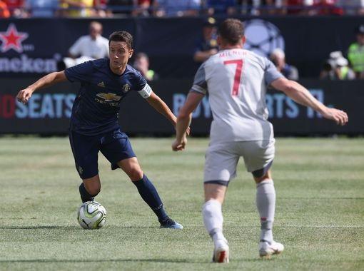Herrera đeo băng đội trưởng của MU trong trận đấu gặp Liverpool