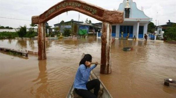 Mưa lũ xảy ra trên diện rộng tại Campuchia (ảnh: AP)