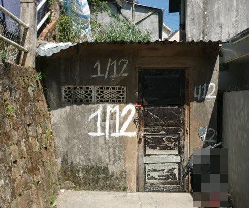 Ngôi nhà lụp xụp của cụ Hiền cuối hẻm sâu.