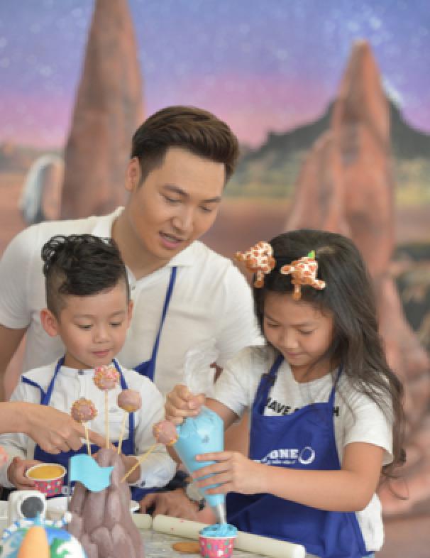 Những chiếc cupcake hành tinh nhiều màu sắc trẻ thơ là minh chứng cho thấy bé có thể thỏa sức sáng tạo khi có không gian phù hợp cho trí tưởng tượng bay xa.