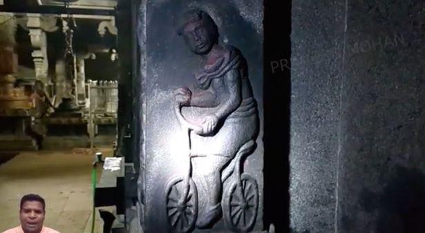 Kỳ quái hình ảnh xe đạp trên tường ngôi đền 2.000 năm ở Ấn Độ - 1