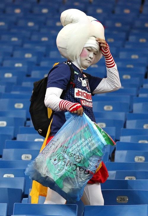 Thế nhưng bất chấp thất bại, cổ động viên Nhật vẫn cho thấy tinh thần và ý thức của họ bằng việc dọn sạch rác trên các khán đài trước khi ra về.