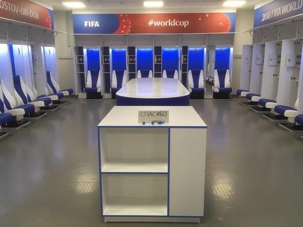"""Hình ảnh phòng thay đồ đội tuyển Nhật Bản được dọn dẹp và vệ sinh sạch sẽ trước khi đội tuyển rời đi, kèm theo thông điệp """"cám ơn"""" viết bằng tiếng Nga"""
