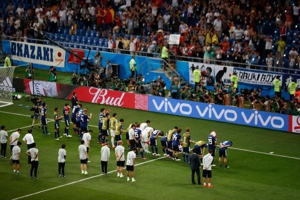 Các cầu thủ Nhật Bản cúi đầu cám ơn các cổ động viên đã cổ vũ cho mình sau khi mỗi trận đấu kết thúc