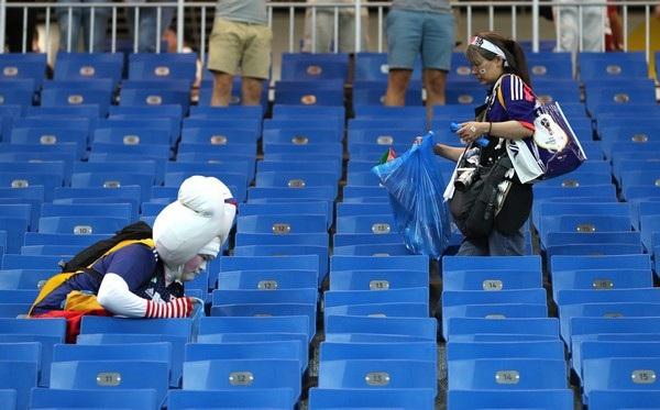 Các cổ động viên Nhật Bản ở lại nhặt rác trên khán đài sau mỗi trận đấu kết thúc