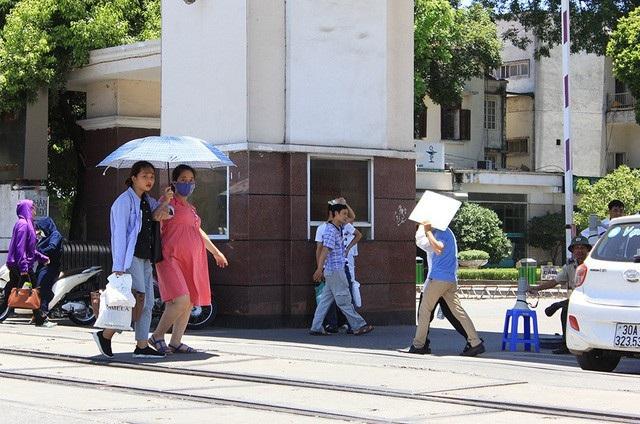 Hà Nội đang trải qua những ngày nắng nóng kỉ lục. Nắng gay gắt ảnh hưởng rất nhiều đến sức khỏe, đặc biệt là tình trạng say nắng. Ảnh minh họa: Trần Thanh