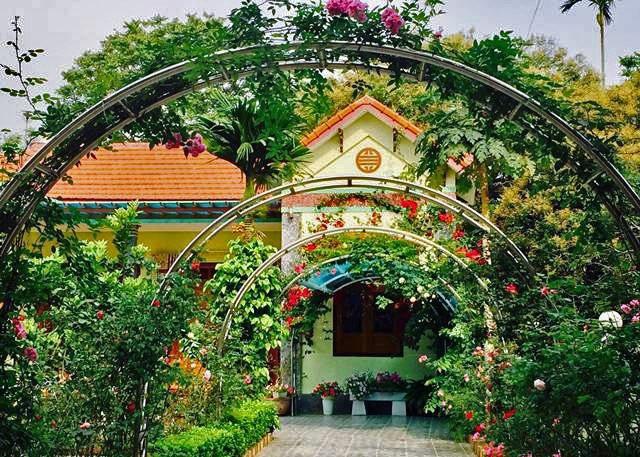 Con đường hoa từ cổng nhìn vào.