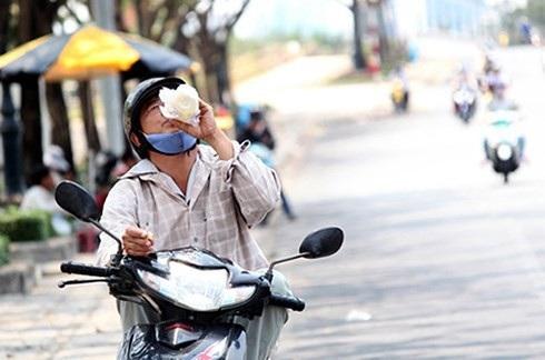 Những điều cần lưu ý khi đi xe máy dưới trời nắng nóng - 2