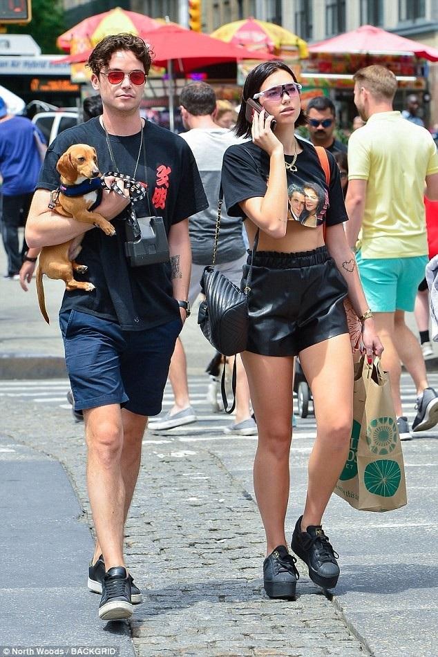 Dua Lipa (bên phải) xuất hiện nổi bật trên đường phố New York với áo crop top và quần da sành điệu. Nữ ca sỹ người Anh đang rất đắt show tại Mỹ những ngày này.