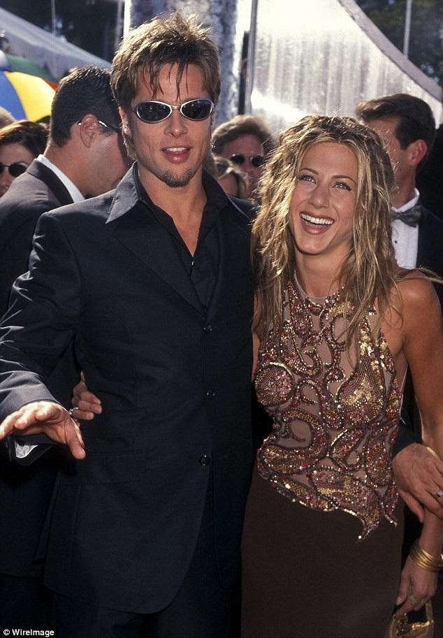 Brad thuở còn gắn bó với vợ cũ - Jennifer Aniston - hồi năm 1999, cả hai đều có màu tóc vàng óng, tạo kiểu cá tính và cùng để màu da rám nắng.