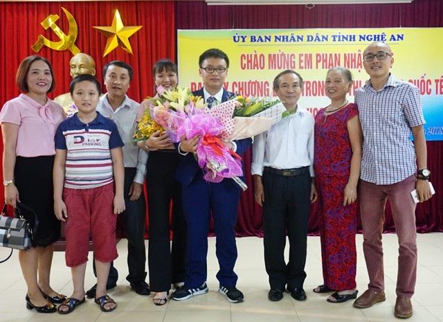 Phan Nhật Duật và gia đình trong niềm vui chung.
