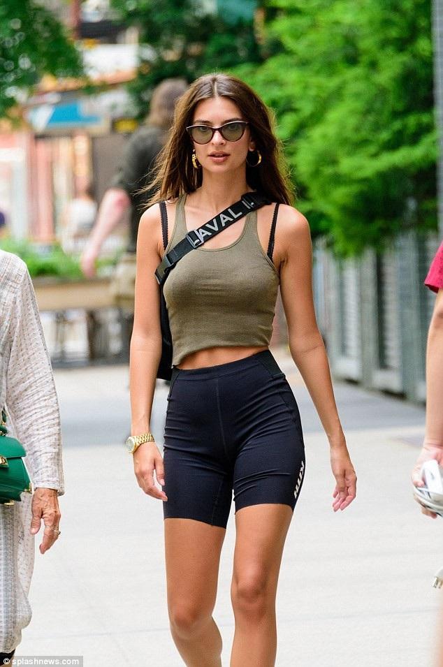 Chân dài Emily Ratajkowski khoe dáng thon thả, cơ bụng săn chắc trên đường phố New York