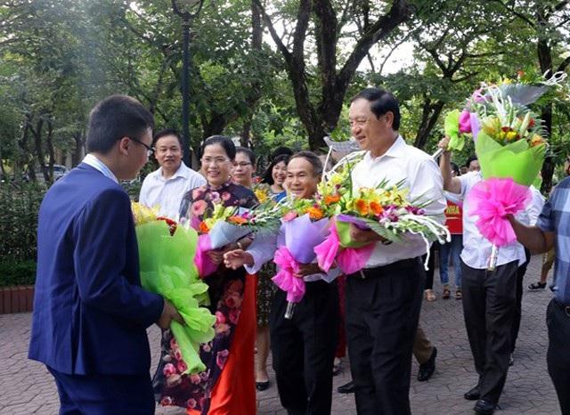 Lãnh đạo tỉnh Nghệ An và lãnh đạo Sở GD&ĐT Nghệ An chào đón học sinh giành Huy chương Đồng Olympic Hóa học quốc tế - em Phan Nhật Duật.