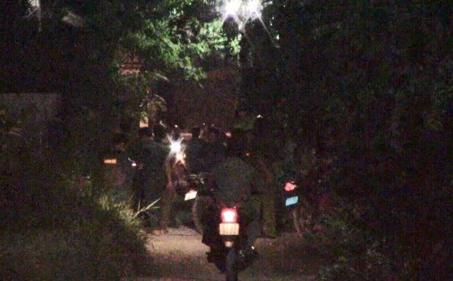 Lực lượng chức năng khám nghiệm hiện trường vụ cướp.