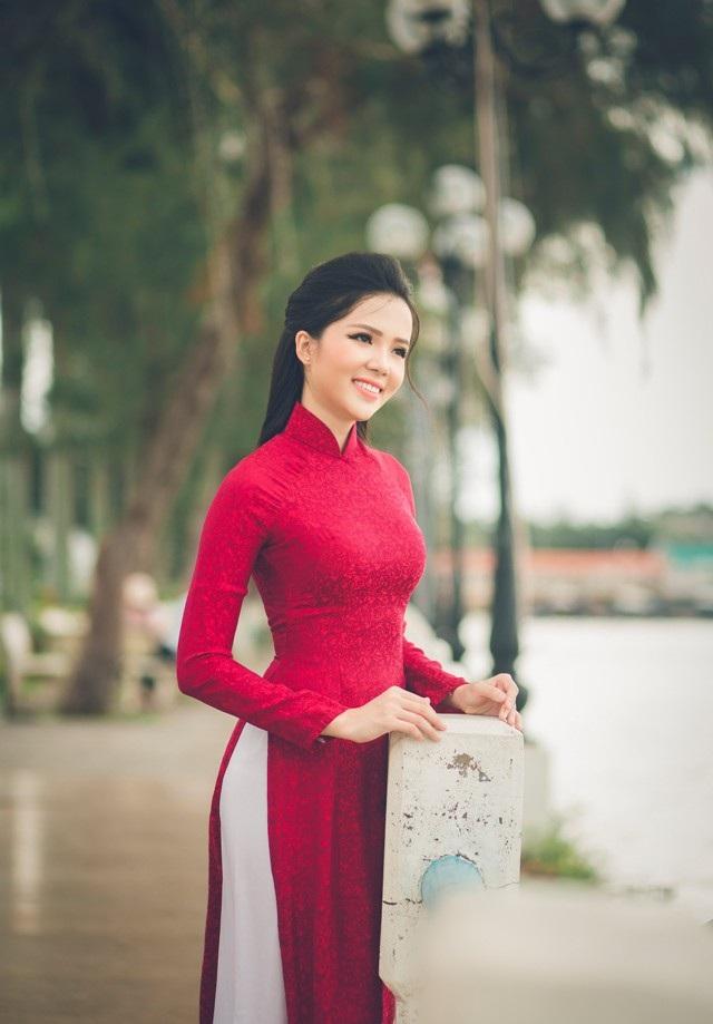 """Người đẹp Thúy Vi """"khoe"""" dáng dịu dàng trên bến Ninh Kiều - 4"""