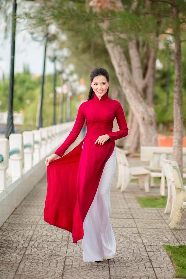 """Người đẹp Thúy Vi """"khoe"""" dáng dịu dàng trên bến Ninh Kiều - 3"""