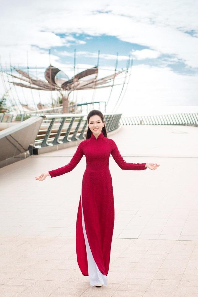 Người đẹp Huỳnh Thúy Vi khoe dáng dịu dàng bên cầu Tình yêu trên bến Ninh Kiều.