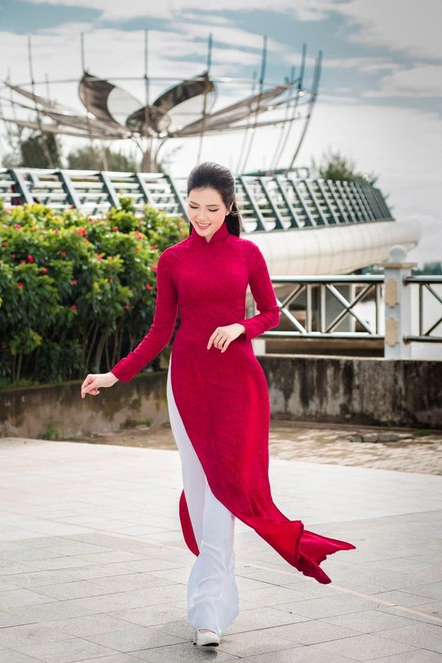 """Người đẹp Thúy Vi """"khoe"""" dáng dịu dàng trên bến Ninh Kiều - 8"""