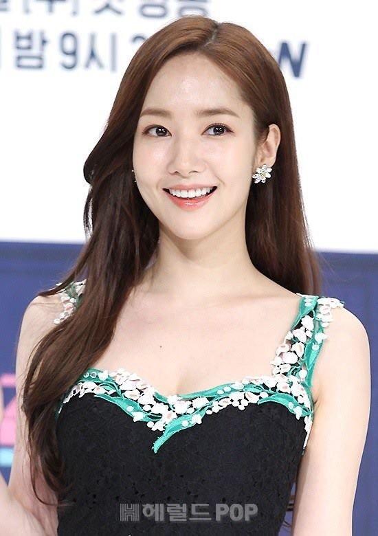Nữ diễn viên 32 tuổi sở hữu gương mặt thanh thoát và nụ cười sáng.