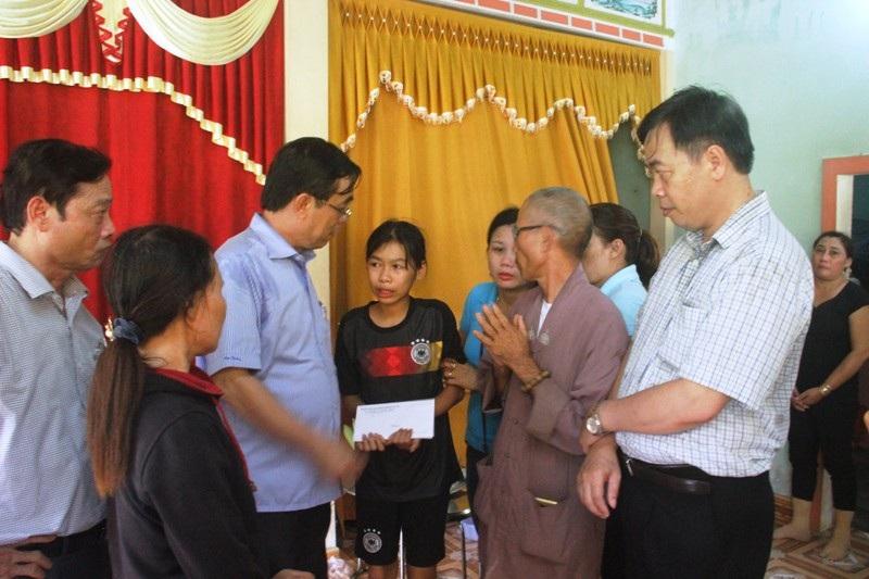 Chủ tịch UBND tỉnh Quảng Trị - ông Nguyễn Đức Chính thăm hỏi các gia đình nạn nhân bị nạn