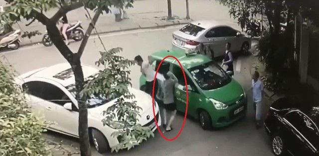 Hình ảnh Nguyễn Vũ Thái (khoanh đỏ) cầm gạch tấn công anh Đinh Văn Điềm.