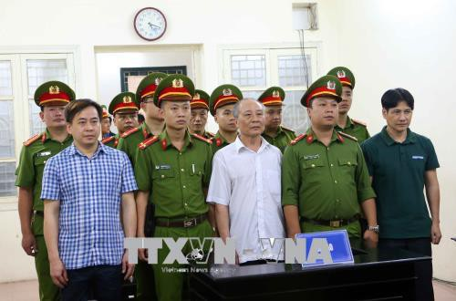 Các bị cáo Phan Văn Anh Vũ (trái), Phan Hữu Tuấn (giữa) và Nguyễn Hữu Bách (phải) trong phiên xét xử hôm nay.