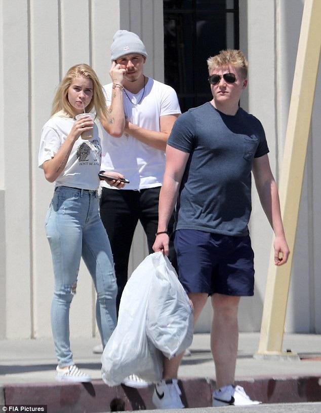 Mới đây thì cánh săn ảnh đã thấy cậu con cả nhà Beckham - Brooklyn, 19 tuổi có bạn gái mới