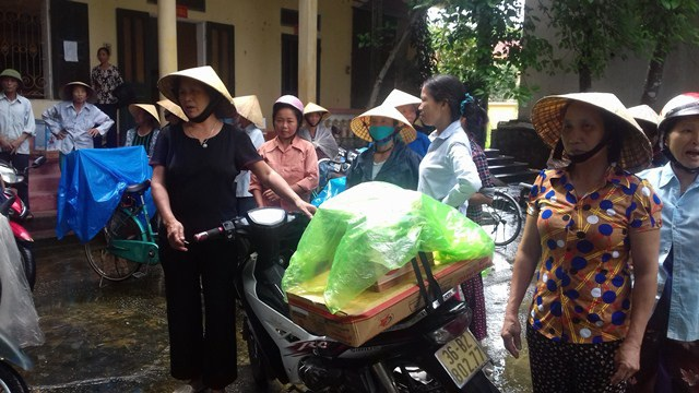 Người dân xã An Nông đổ xô đi mua hàng sau đó cho rằng đã bị lừa nên kéo nhau lên xã yêu cầu làm rõ.