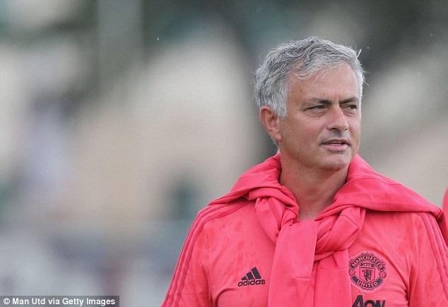 Mourinho trông có vẻ rạng rỡ trên sân tập của MU trước trận gặp Real Madrid