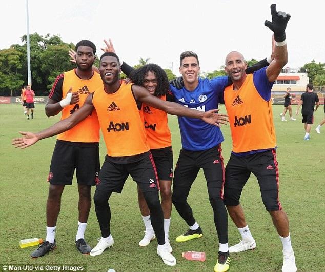 (Từ trái qua phải) Ro-Shaun Williams, Timothy Fosu-Mensah, Tahith Chong, Joel Pereira và Lee Grant phấn khích chụp hình chung trên sân tập