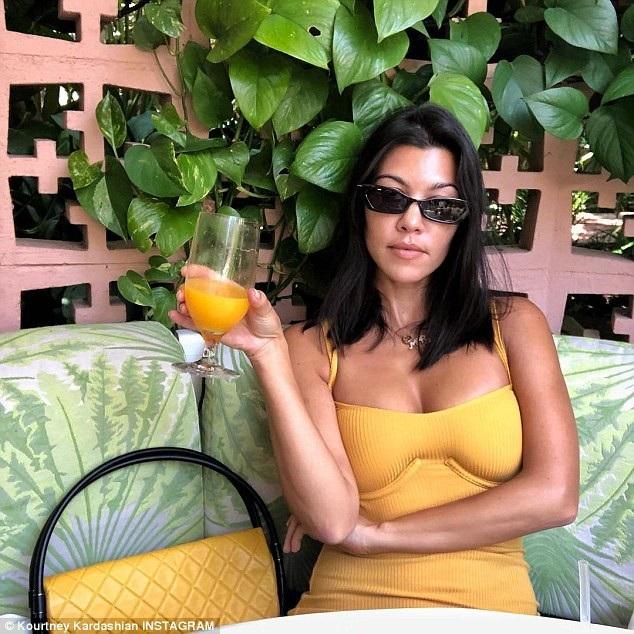 Trong thời điểm Kim Kardashian đi trả lời phỏng vấn thì chị em của cô ghi hình cho phần mới của show truyền hình thực tế của gia đình Keeping Up with the Kardashians