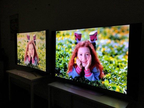 Với độ nghiêng khoảng 40 độ so với màn hình, màu sắc trên màn hình QLED (trái) đã nhợt nhạt đi nhiều, trong khi mẫu OLED (phải) gần như không thay đổi.