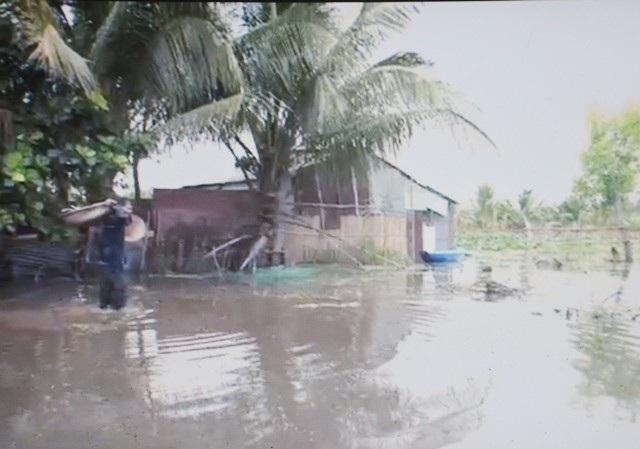 Cuộc sống người dân bị nước bao vây gặp nhiều khó khăn. (Ảnh: NDCC)
