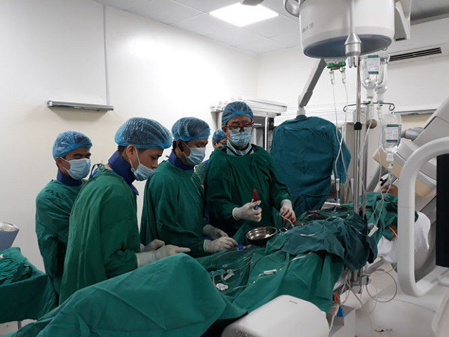 Chuyên gia y tế Nhật Bản cùng các bác sĩ tại Bệnh viện Hữu nghị Việt Nam - Cu Ba Đồng Hới can thiệp tim mạch cho bệnh nhân