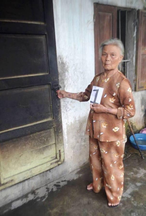 Cụ bà Hồ Thị Phi diễn lại cảnh cạy cửa nhà ông Sáu để vào trộm cắp