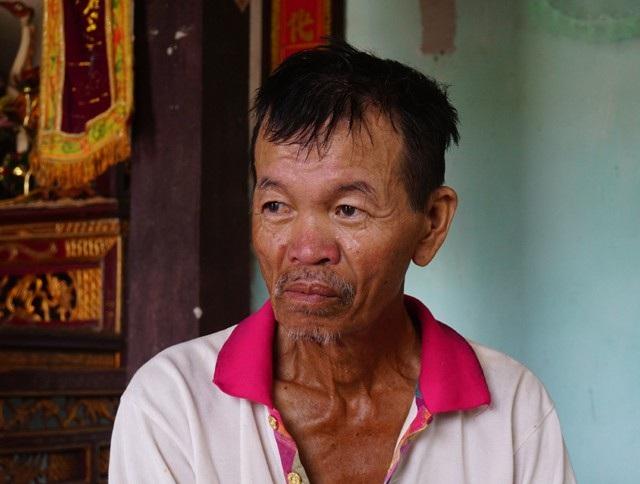 Ông Lưu Ngọc Tường bị nhiễm chất độc da cam, bất lực trước hoàn cảnh bi đát của gia đình mình.