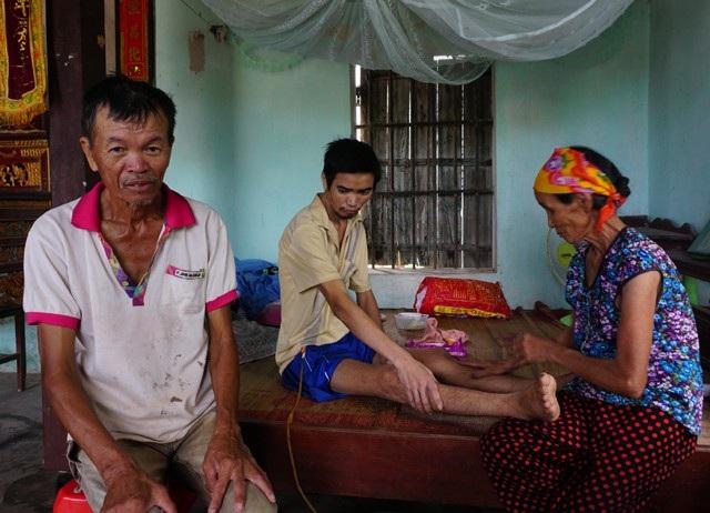 Ba con người khốn khổ bệnh tật chăm nhau