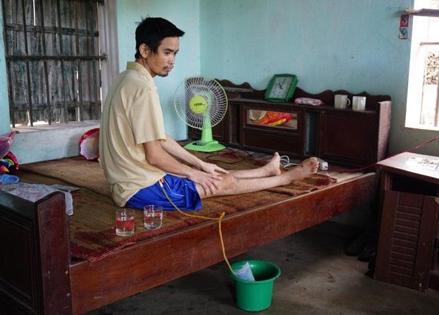 Trong khi đó Lưu Xuân Ba sau khi gặp tai nạn lao động đã trở thành người tàn phế, không thể tự chăm sóc mình